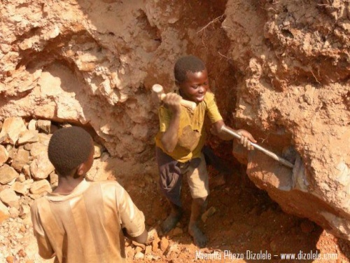 Kind in einer Coltan-Mine im Kongo