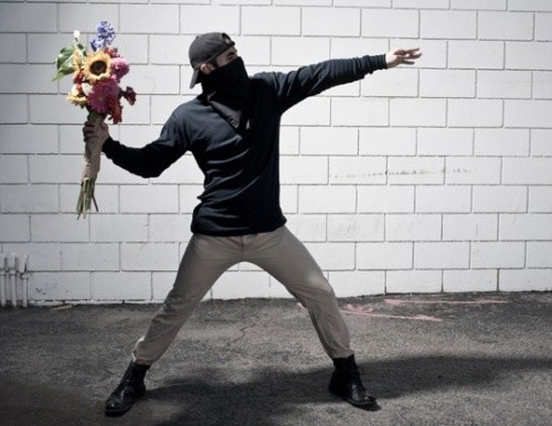 You Are Not Banksy von Nick Stern: Vermummter wirft Blumenstrauß