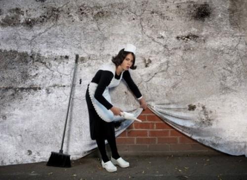 You Are Not Banksy von Nick Stern: Putzfrau kehrt unter Wand