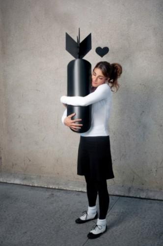 You Are Not Banksy von Nick Stern: Mädchen kuschelt mit Bombe