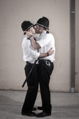 You Are Not Banksy von Nick Stern: Zwei Polizisten küssen sich